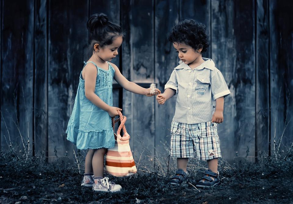Czego warto nauczyć się od dzieci? Kiedyś też byliśmy dziećmi. Tak wiele się zmieniło. Często czujemy, że stajemy sie sztywni, brakuje nam elastyczności. Za bardzo analizujemy, przejmujemy się. Nie potrafimy prosić o to, co dla nas ważne.  Dzieci nie mają z tym trudności. One